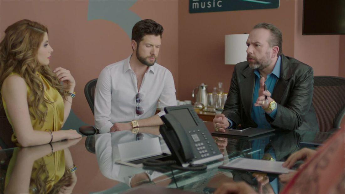 Lolo amenaza a sus cantantes