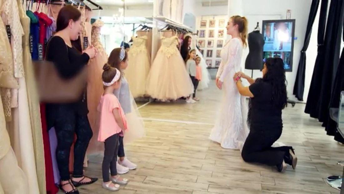 Kenia escoge su vestido de novia