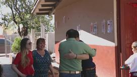 Larry Hernandez visita su escuela elemental