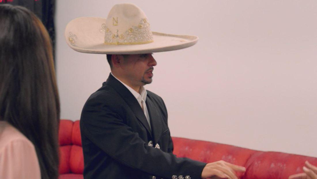Larry se decidió hasta por el sombrero.