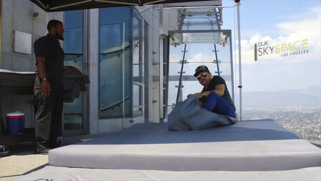 Larry en el tobogán de 70 pisos